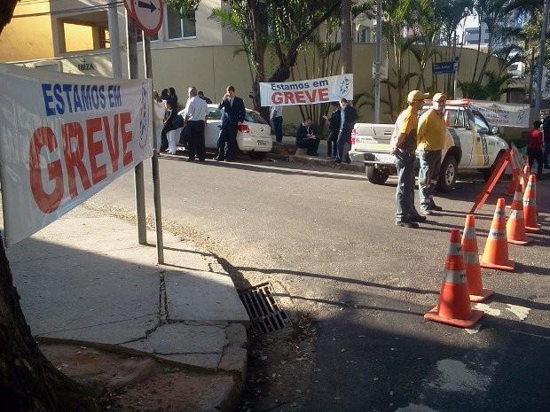 Funcionários de hospital entram em greve em Jundiaí (Foto: Sandro Zeppi/ TV TEM)