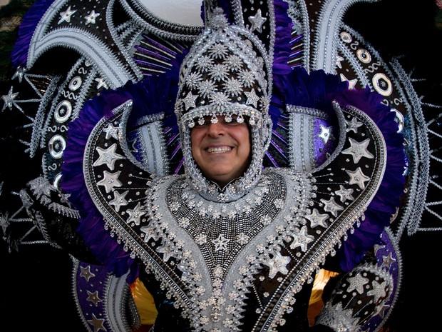Flavio Rocha participa de concurso no Rio de Janeiro com fantasia que representa a Lua. A roupa custou perto de US$ 50 mil (Foto: AFP PHOTO / Christophe Simon)