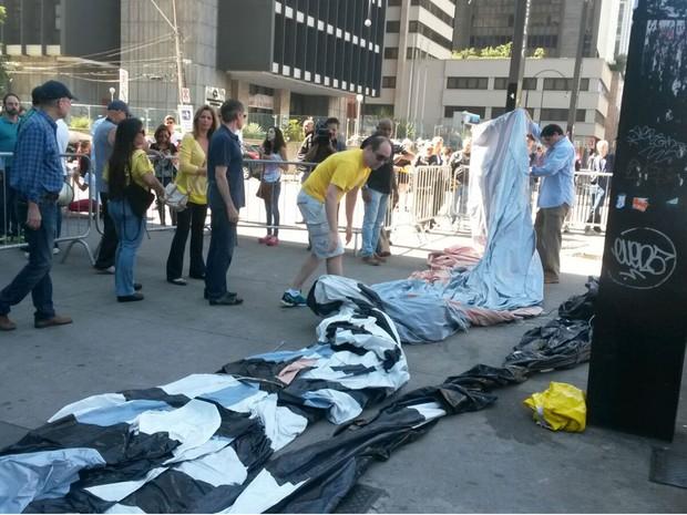 Boneco inflável com a imagem de Lula começa a ser montado protegido por grades na Avenida Paulista (Foto: Gabriela Gonçalves/G1)