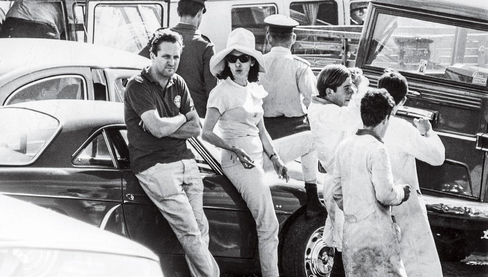 Lulla e seu marido, Piero Gancia, no circuito de Interlagos, em março de 1967 (Foto: Arquivo Pessoal e Estadão Conteúdo)