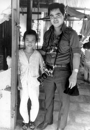 O fotógrafo Nick Ut visita a personagem de sua foto mais famosa, um ano após o bombardeio (Foto: AP)
