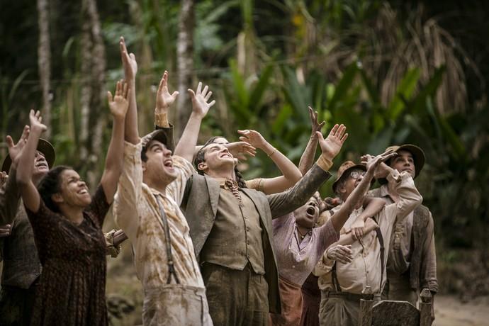 O povo da fazenda fica na espectativa para ver jorrar o 'ouro negro' (Foto: Isabella Pinheiro / Gshow)