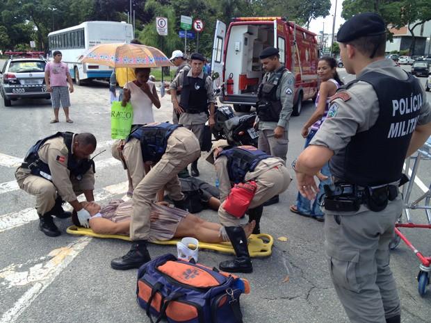 Grávida de 6 meses foi derrubada da moto por táxi; socorro chegou em seguida e ela passa bem, afirma Polícia. (Foto: Walter Paparazzo/G1)