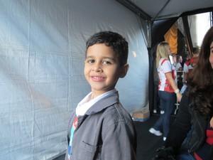 Gabriel, de 6 anos, emocionou ao cantar para um público estimado em 500 mil pessoas (Foto: Alba Valéria Mendonça/ G1)