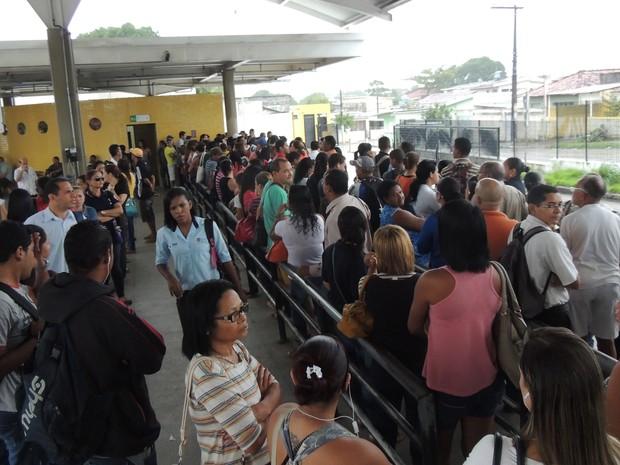 Passageiros aguardam ônibus em filas no Terminal Integrado do Xambá, em Olinda (Foto: Katherine Coutinho/G1)