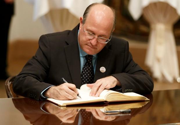 O presidente do Banco Central, Ilan Goldfajn, assina documentos durante encontro dos ministros de finanças do G20 em Baden Baden (Foto: Ronald Wittek/Getty Images)