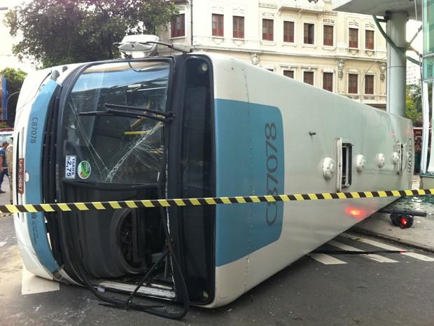 Ônibus tombou na esquina da Rua da Carioca e Avenida Passos, no Centro do Rio (Foto: Renata Soares/G1)