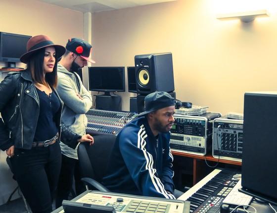 Gyselle Soares e a equipe no estúdio onde ela grava seu primeiro CD (Foto: Divulgação)