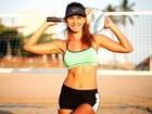 Veja Letícia Wiermann em uma partida de beach tennis, seu esporte favorito para o verão