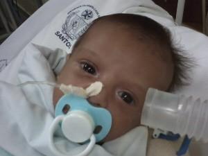 Bebê de Santos, com problema grave no coração, precisa de transferência para hospital em São Paulo (Foto: Reprodução/TV Tribuna)