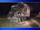 Caminhão pega fogo após acidente e motorista morre carbonizado