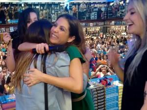 Thalita Rebouças abraçando fã. (Foto: Thaís Leocádio/G1)