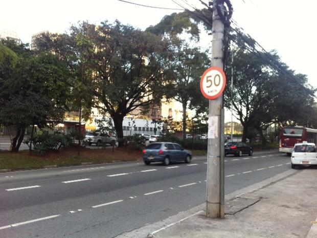 Placa mostra novo limite de velocidade na marginal (Foto: Márcio Pinho/G1)