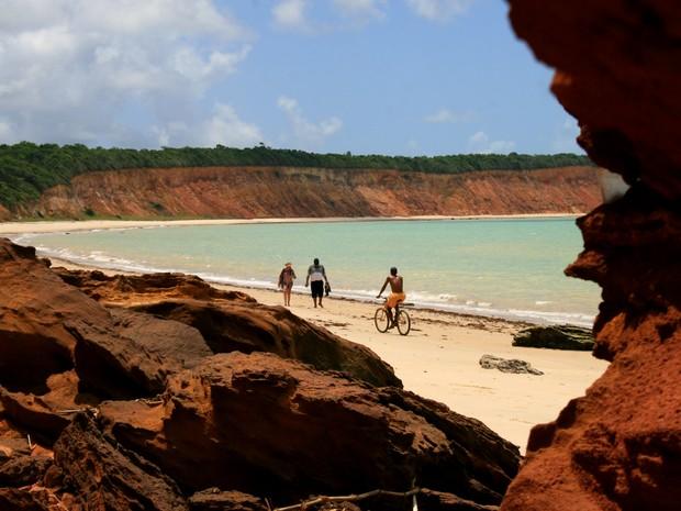 Praia de Carro Quebrado conta extensa faixa de areia e falésias de diversas colorações (Foto: Waldson Costa / G1)