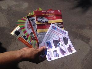 Panfletos recebidos durante fiscalização no centro de Macapá (Foto: John Pacheco/G1)