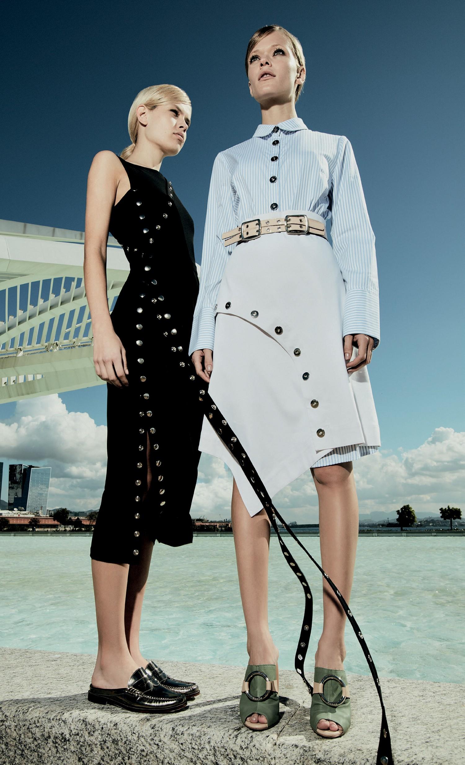 À esquerda, vestido Luisa Farani (R$ 980) e mules Tiza (R$ 540). À direita, camisa (R$ 920), saia (R$ 1.170), cinto (R$ 620) e mules, tudo Modem (Foto: Daniel Mattar)