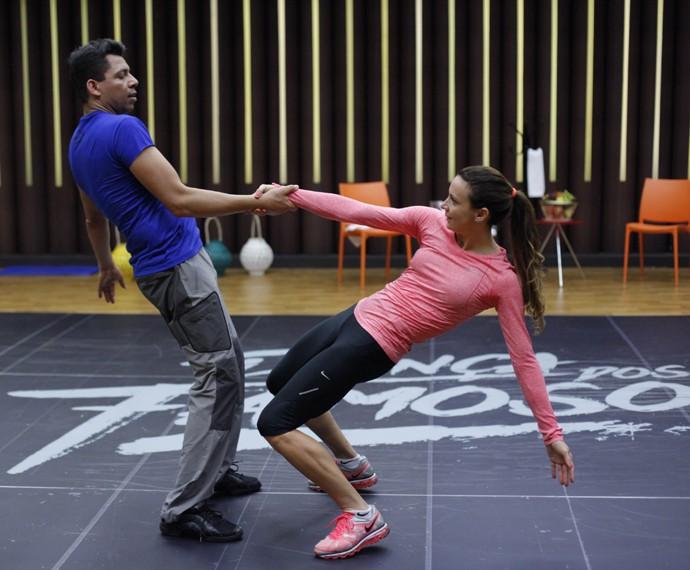 Maurren Maggi exibe flexibilidade no Dança (Foto: Artur Meninea / Gshow)