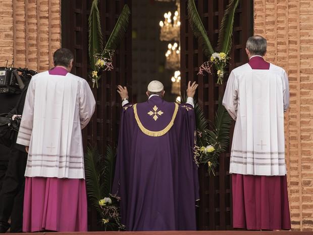Papa Francisco abre, de forma simbólica, a porta sagrada da Catedral de Bangui (Foto: Gianluigi Guercia / AFP)