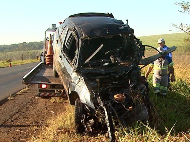 Dois morrem em acidente entre carros em rodovia de Serra Azul (Foto: Reprodução/EPTV)