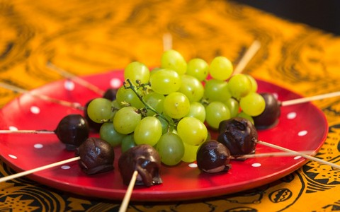 Bombom recheado de uva, coco e chocolate