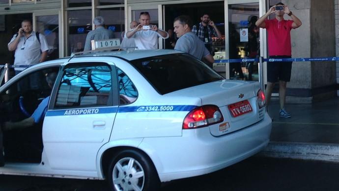 Diego Aguirre volta de táxi após desembarque (Foto: Diego Guichard)
