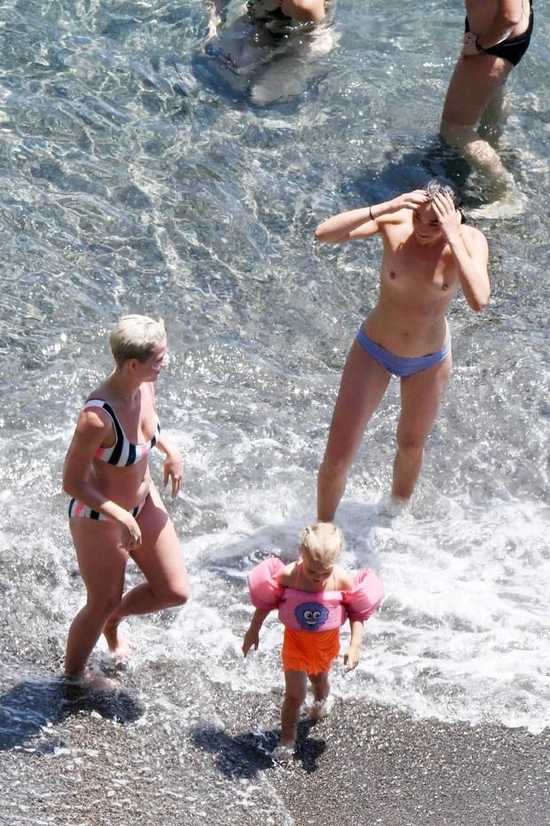 Katy Perry aproveita dia de sol na Itália (Foto: AKM-GSI)