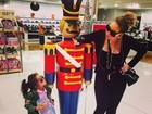 Mariah Carey leva a filha a shopping para fazer compras de Natal