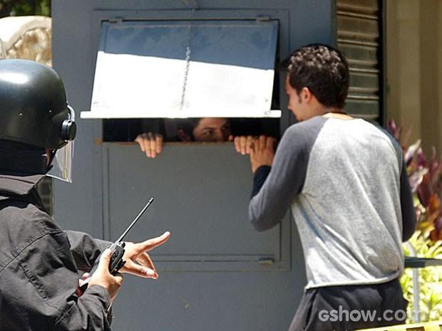 Ben se aproxima de Antônio e tenta convencê-lo a se entregar (Foto: Malhação / TV Globo)