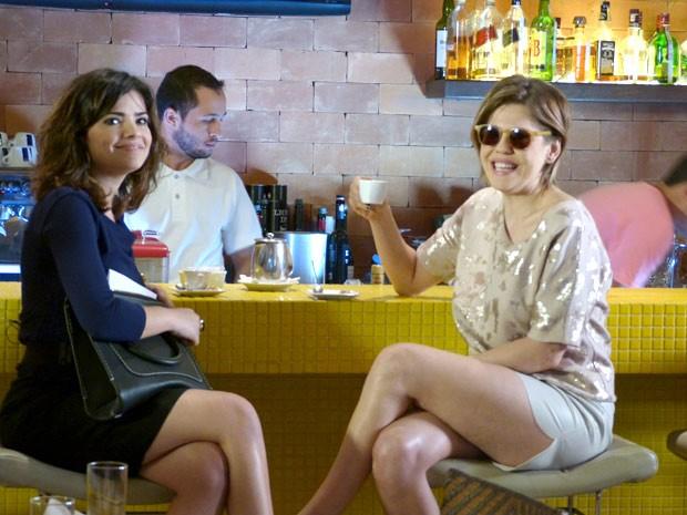 Aline e Edith se encontram em um restaurante. Por que será? (Foto: Amor à Vida/TV Globo)