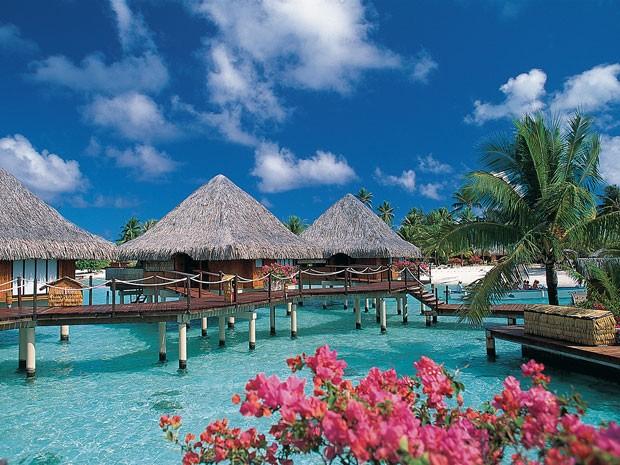Bangalôs de hotel em Bora Bora (Foto: Tahiti Tourism/Divulgação)