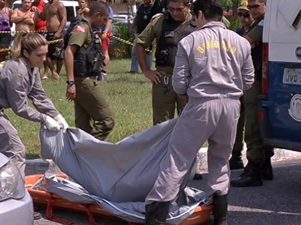 Corpo do professor foi removido pelo Instituto Médico Legal. (Foto: Reprodução/TV Liberal)