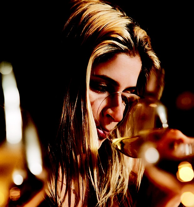 Manuela, a filha caçula de Hortência, degusta um vinho (Foto: Manoel Marques)
