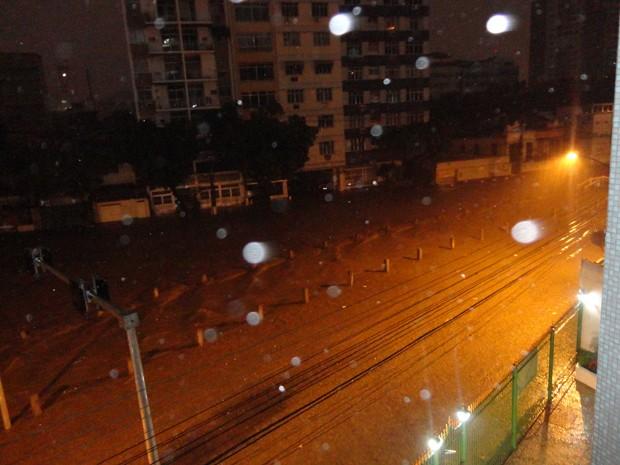 Rua próxima ao estádio do Maracanã fica alagada por causa da chuva na Zona Norte do Rio (Foto: Natália da Costa Couto/VC no G1)