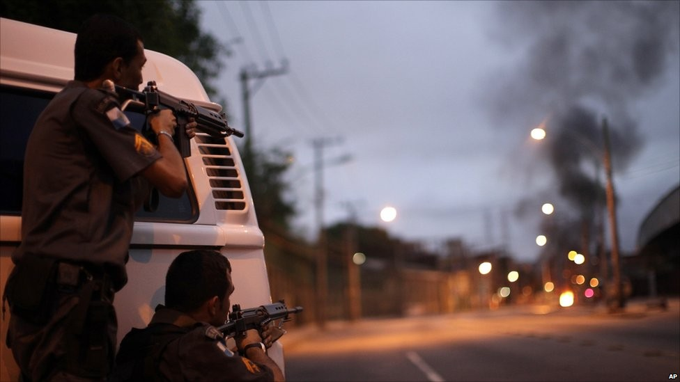Policiais enfrentam facções criminosas na Vila Cruzeiro, no Rio de Janeiro (Foto: Arquivo/Agência O Globo)