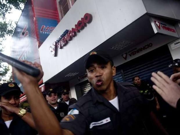 Fotógrafo registrou momento em que disse ter sido agredido por policial. (Foto: Mauro Pimentel / Portal Terra)
