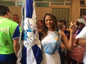 Selminha Sorriso levou bandeira da Beija Flor para ser abençoada (Foto: Janaína Carvalho/ G1)