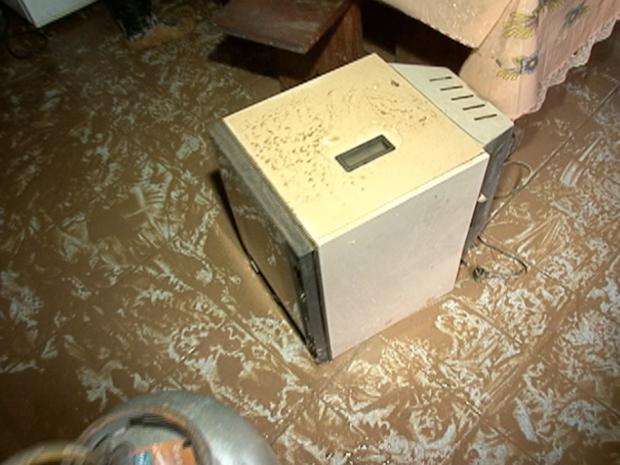 Chuva inundou casas e destruiu eletrodomésticos, em Marechal Floriano (Foto: Reprodução/TV Gazeta)