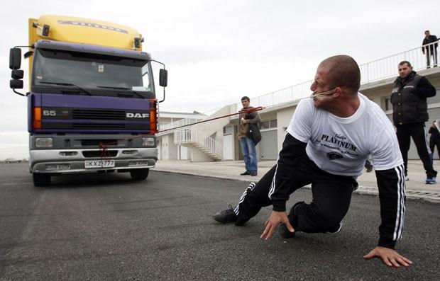 Lasha Pataraia puxou um caminhão de oito toneladas com sua orelha. (Foto: David Mdzinarishvili/Reuters)