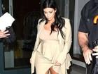 Grávida, Kim Kardashian quase mostra demais mesmo com muita roupa