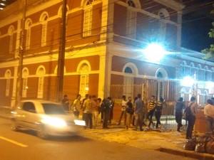 Portão de entrada do Ginásio Pernambucano, na Rua da Aurora, foi trancados por alunos, que ocuparam o prédio (Foto: Cláudia Ferreira/G1)