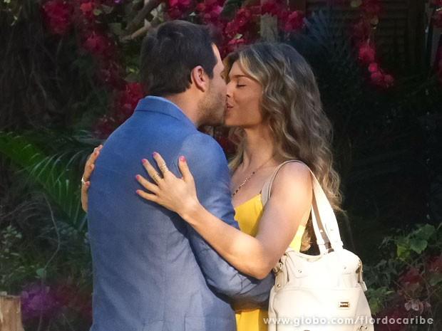 Alberto provoca ao ver a felicidade de Ester e Cassiano (Foto: Flor do Caribe / TV Globo)
