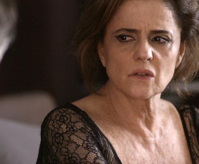 Fanny teme que esquema do book rosa de sua agência seja descoberto (Foto: TV Globo)