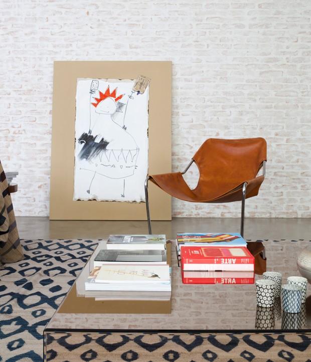 Sala-de-estar-tijolos-pintura-caiada-mesa-de-centro-espelho (Foto: Maíra Acayaba/Editora Globo)
