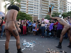 Radicais quebraram imagens santas na Marcha das Vadias (Foto: Tasso Marcelo/ AFP Photo)