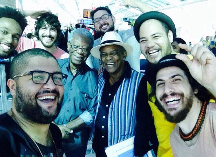 Milton Gonçalves e Antonio Pitanga se rendem à bagunça da Dona Zaíra no aeroporto (Foto: Arquivo Pessoal)