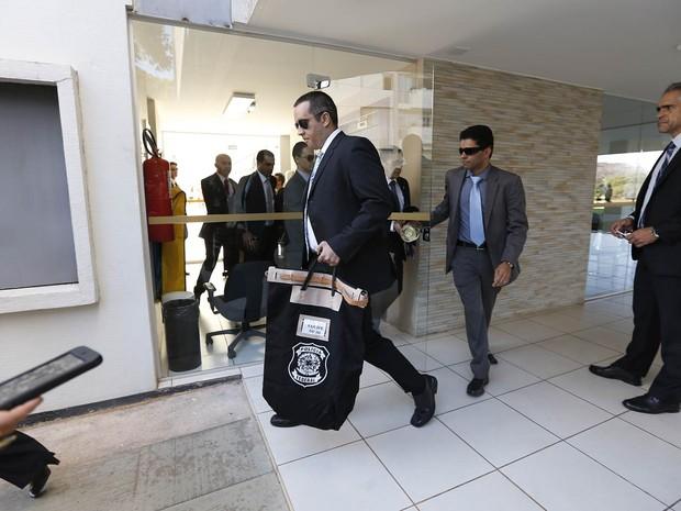 Agentes deixam o Bloco G da 309 Sul, onde residem senadores em Brasília. A operação teria sido realizada no apartamento 102. A Polícia Federal deflagrou a Operação Politéia, com 53 mandados de busca e apreensão a partir de provas da operação Java-Jato (Foto: Dida Sampaio/Estadão Conteúdo)