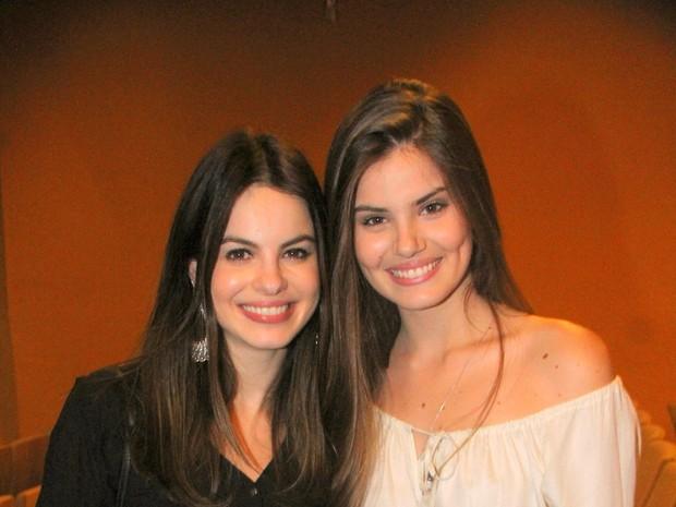 Sthefany Brito e Camila Queiroz em teatro no Rio (Foto: Daniel Delmiro/ Ag. News)