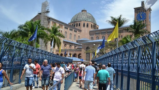 De joelhos, romeiros atravessam 'passarela da fé' (Filipe Rodrigues / G1)