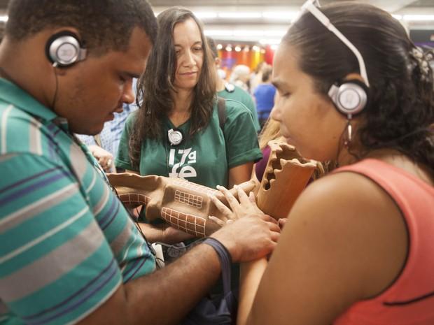 Através da audiodescrição e do toque, deficientes visuais tem vivência diferente da feira (Foto: Daniela Nader/Divulgação)