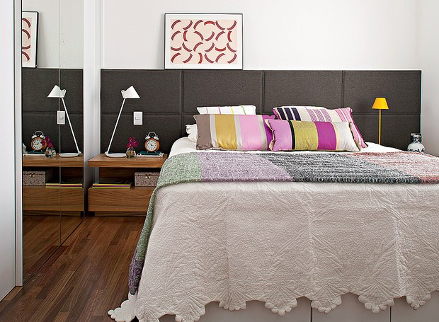 No quarto, a cabeceira de tapeçaria é cinza para não sujar fácil. O desenho do criado-mudo é da arquiteta Gabriela Marques (Foto: Lilian Knobel/Casa e Jardim)